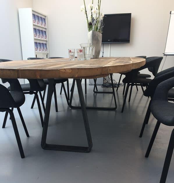 Ovale vergadertafel op maat gemaakt van barnwood