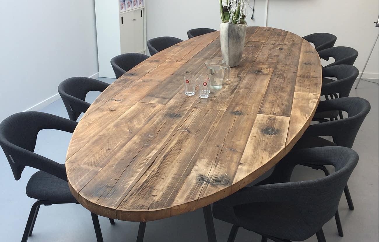 houten ovale vergadertafel