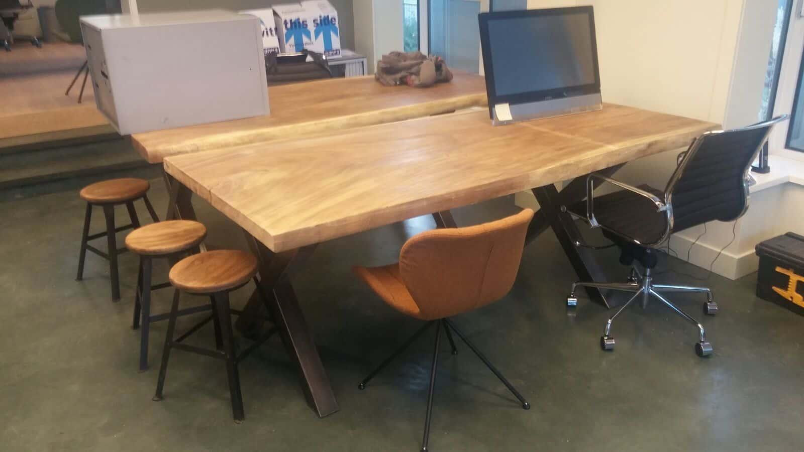 Een robuust bureau met de hand gemaakt woodindustries