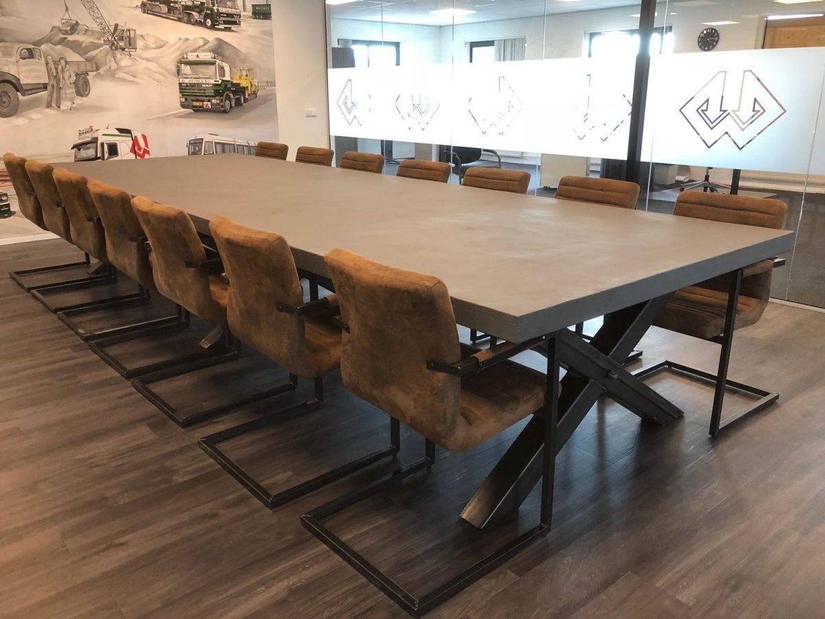 Woodindustries houtstrips boomstamtafels betontafels en houten