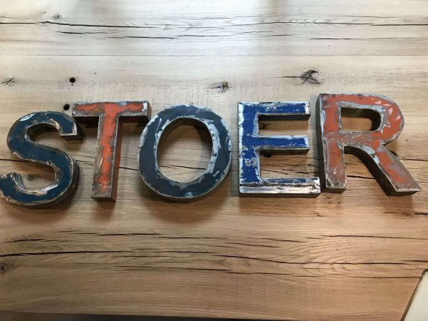 metalen industriële letters