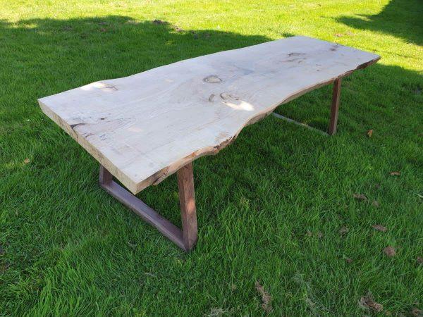 Robuuste boomstamtafel met houten onderstel