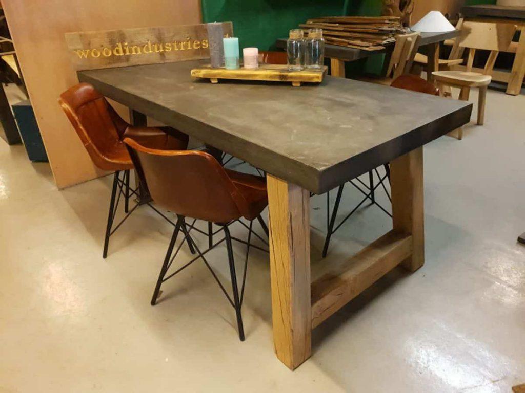 Robuuste betontafel eikenhouten onderstel